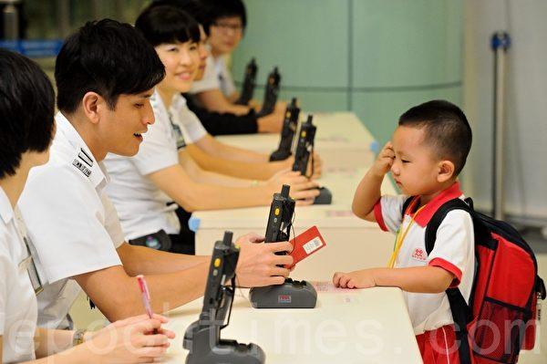 新型手提式检查机,只需数秒就可以帮助跨境儿童过关。(宋祥龙/大纪元)