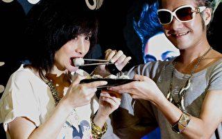 何超儀宣傳演唱會 好友ENZO送豆沙包