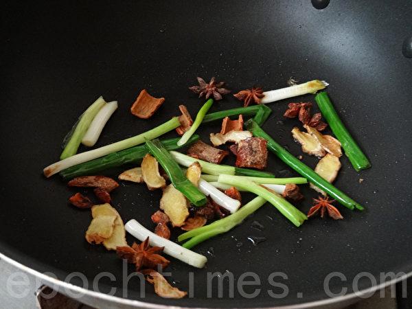 再爆香蔥段、玉桂、八角,下冰糖炒融化。(攝影:林秀霞 / 大紀元)