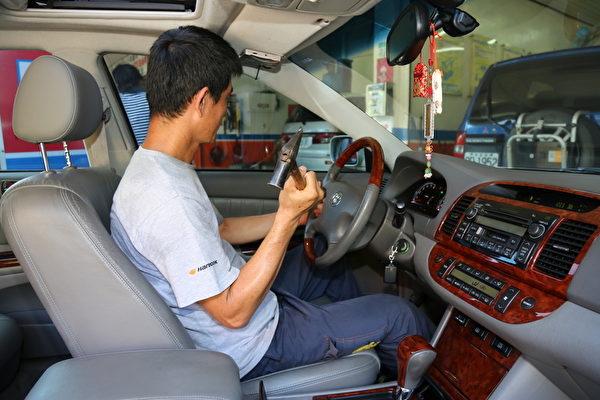 車內可備一支有尖頭的鐵鎚,擊碎車窗逃生。(莊孟翰/大紀元)
