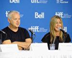 (右起)詹妮弗•安妮斯顿(Jennifer Aniston)和蒂姆•罗宾斯(Tim Robbins)出席多伦多影展。(Jag Gundu/Getty Images)