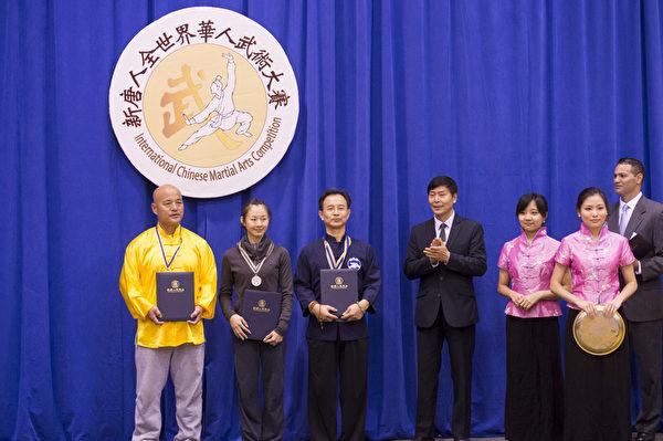 新唐人2013武术大赛颁奖典礼,台湾的卢文瑞获得南方拳术类银奖,来自台湾的温青倪获得女子器械组的银奖,来自台湾的苏锡龙获得男子拳术组的银奖。(戴兵/大纪元)