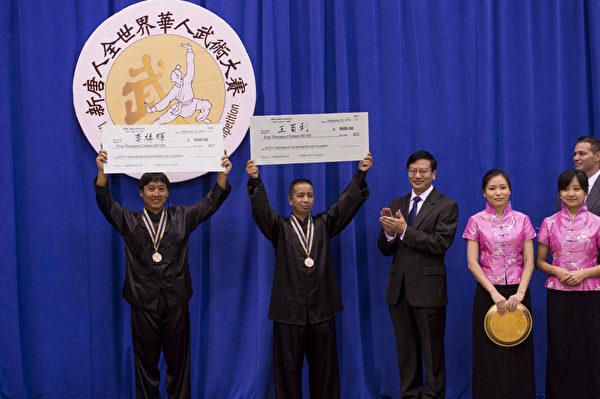 新唐人2013武术大赛颁奖典礼。王百利获得男子拳术组的金奖,来自中国的唐艺获得男子器械组的金奖。(戴兵/大纪元)