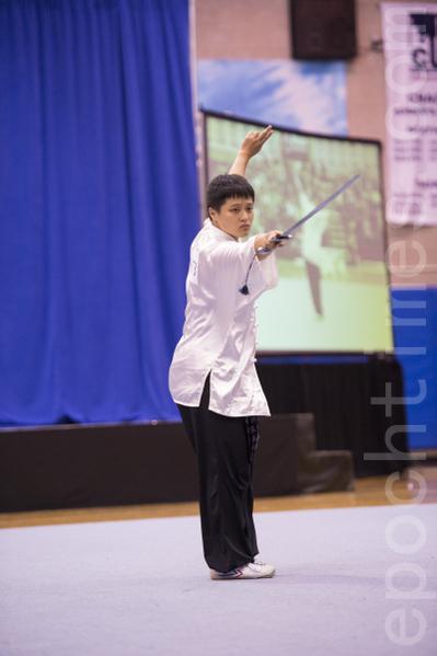 卢文瑞的女儿卢韦安获得2013年第四届新唐人武术大赛女子器械组铜奖。(戴兵/大纪元)