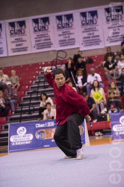 卢文瑞的儿子卢彦臻获得2013年第四届新唐人武术大赛男子器械组铜奖。(戴兵/大纪元)