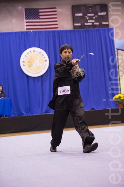 从大陆克服万难才来到美国参赛的大陆武术家唐义,以螳螂门达摩剑获得本届男子器械组金奖。(戴兵/大纪元)
