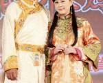 劉德凱(左)與方馨著古裝出席台北電視節。(民視提供)