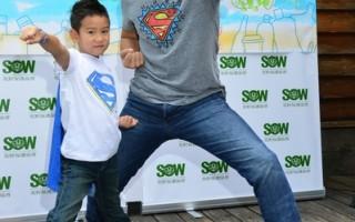 艾力克斯父子化身綠超人 響應淨灘行動