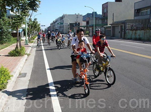 单车同好行体验马路拓宽市政成果。(徐乃义/大纪元)