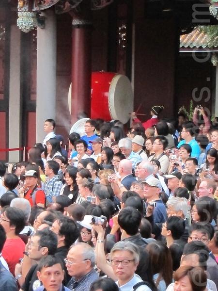 臺北市臺北孔廟舉行大成至聖先師孔子誕辰2563年釋奠典禮,現場觀禮的民眾眾多。(鍾元/大紀元)
