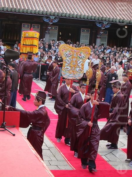臺北市臺北孔廟舉行大成至聖先師孔子誕辰2563年釋奠典禮,典禮現場儀式正進行中。(鍾元/大紀元)