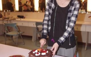 白安歡慶22歲生日 笑擁5個蛋糕