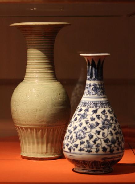中国龙泉窑花瓶 青花瓷与白瓷,十四世纪前半。(章乐/大纪元)