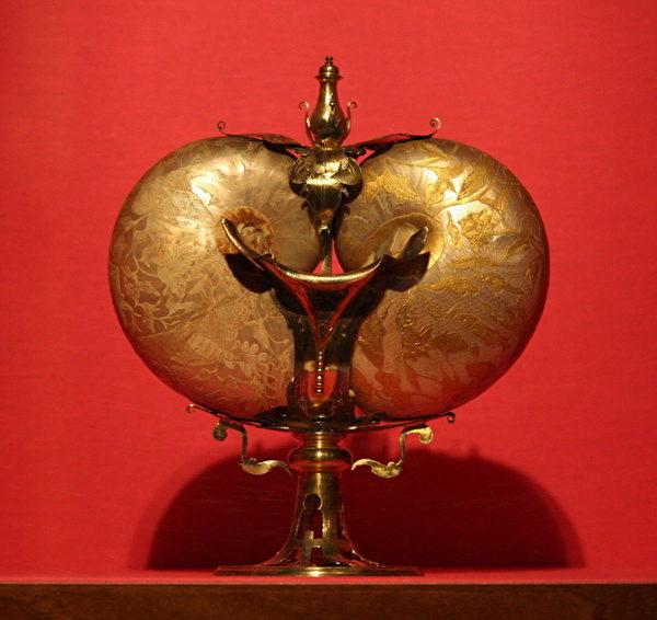 《水器》,中国和法兰德斯手工,十六世纪,贝壳、镶金银器, 26cm高,碧堤宫藏。(章乐/大纪元)