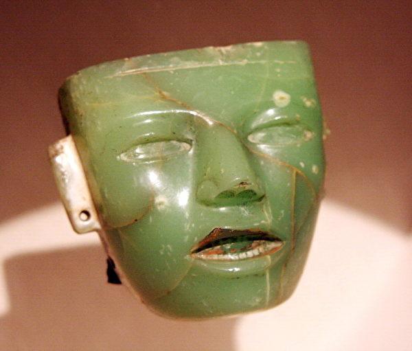 《玉雕面具》,中美洲迪奥狄华肯文化,西元 250-600,15。8x1。3cm,佛罗伦斯 碧提宫。(章乐/大纪元)