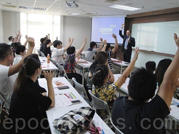 吳大樹先生以輕鬆、多層次的互動方式解析九型人格。(攝影:淑萍/大紀元)