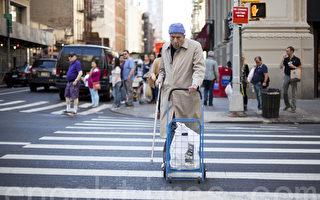 老人过街安全堪忧 避免事故需记要点