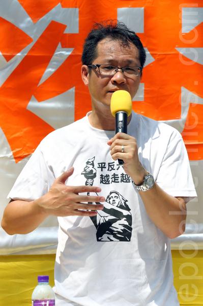 2013年10月1日國殤日是中共竊國64年,香港退黨服務中心等團體在北角英皇道遊樂場舉行以「解體中共、救國救港」為主題的集會活動,聲援超過一億四千七百萬同胞退出中共組織;並斥責中共活摘法輪功學員器官的反人類暴行;多位香港知名人士到場支持,圖為香港支聯會副主席蔡耀昌。(潘在殊/大紀元)