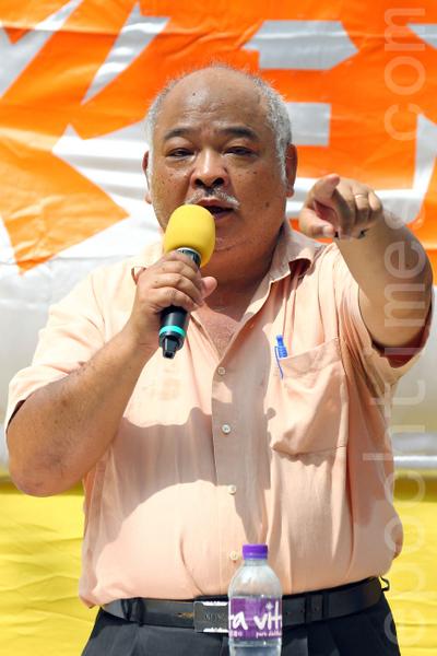 2013年10月1日國殤日是中共竊國64年,香港退黨服務中心等團體在北角英皇道遊樂場舉行以「解體中共、救國救港」為主題的集會活動,聲援超過一億四千七百萬同胞退出中共組織;並斥責中共活摘法輪功學員器官的反人類暴行;多位香港知名人士到場支持,圖為香港民間電台台長曾健成。(潘在殊/大紀元)