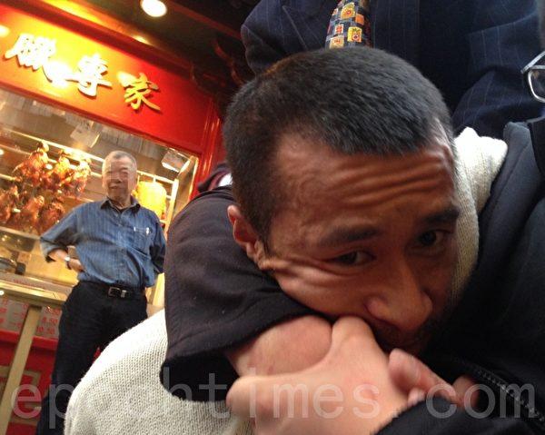 2013年9月29日,暴徒袭击英国伦敦中国城法轮功真相点,当场被法轮功学员抓住。(摄影:冠齐/大纪元)