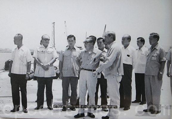 圖為民國64年(1975)時任行政院長的蔣經國巡視台中港興建工程。(鍾元翻攝/大紀元)