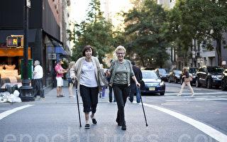 老人过街安全堪忧 避免事故需记要点(2)