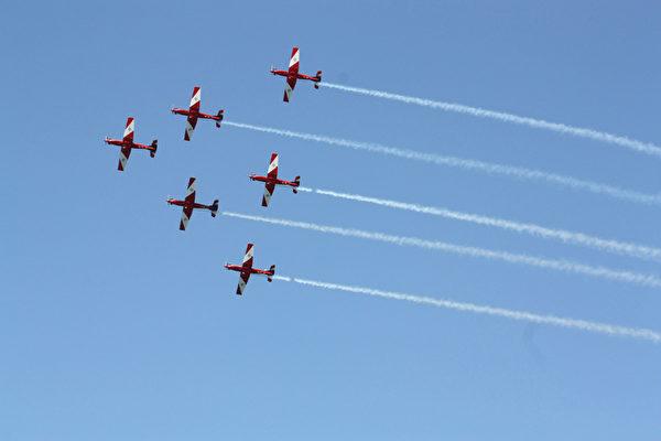 澳洲皇家海軍100年慶典,澳洲空軍展示戰機隊形飛行(攝影:何蔚/大紀元)