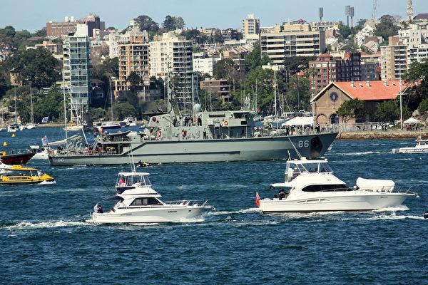 澳洲皇家海軍100年慶典,澳洲軍艦駛入悉尼港(攝影:何蔚/大紀元)