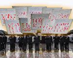 日前,在京打工的法輪功學員信廷超因派發神韻晚會光盤被北京警察綁架,其家鄉淶水千餘民眾聯名派代表上京要求警察放人。(大紀元合成圖片)