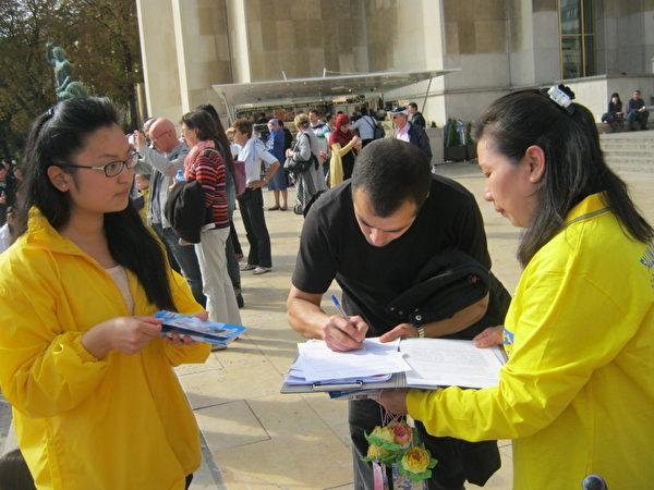 法轮功学员向游客讲真相和征签(摄影:慈蕊/大纪元)