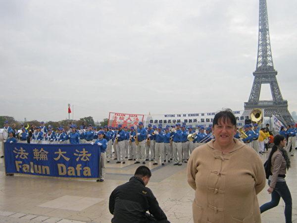 法国女士Bruné Monique 在观看天国乐团演奏 (摄影:慈蕊/大纪元)