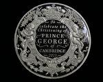 为纪念小乔治受洗,英国皇家铸币厂8日起开始发售推出面额5英镑(8美元)纪念币。 (Matt Cardy/Getty Images)