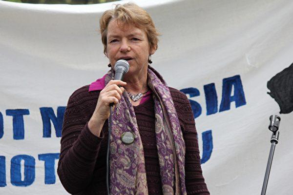 澳洲維州聯邦參議員Janet Rice非常感謝21年來法輪功修煉者堅持不懈的努力。(Lucy/大紀元)