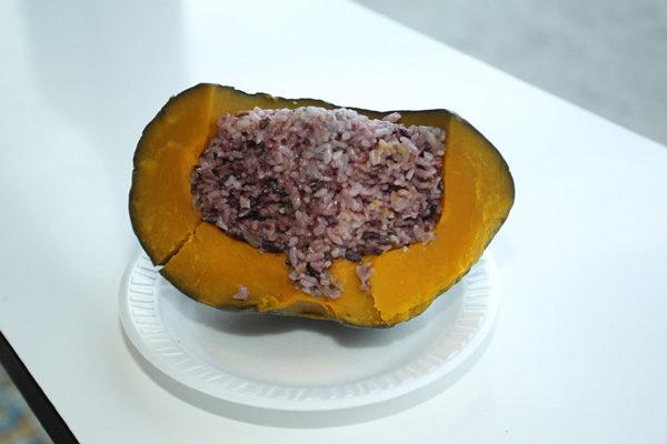 免费赠送的南瓜紫米饭。(摄影:爱德华/大纪元)