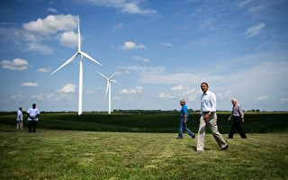 奧巴馬在2012年以安全為理由,勒令勞爾公司停建在美國俄勒岡州一個海軍訓練設施附近的四個風力發電場。圖為奧巴馬總統2012年時前往愛荷華州的一處風力發電廠視察。(Jim WATSON/AFP)