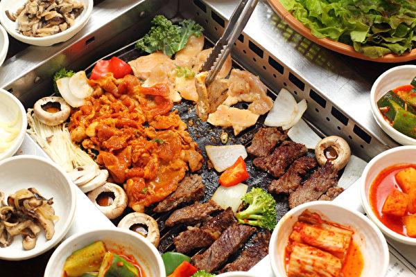安格斯顶级牛排配丰富的小菜。(摄影:张学慧/大纪元)