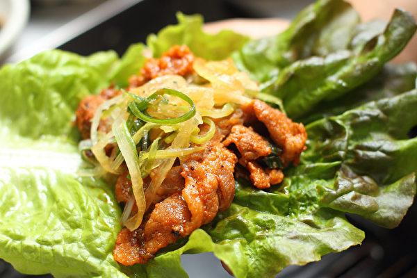 包着吃的烤肉。(摄影:张学慧/大纪元)