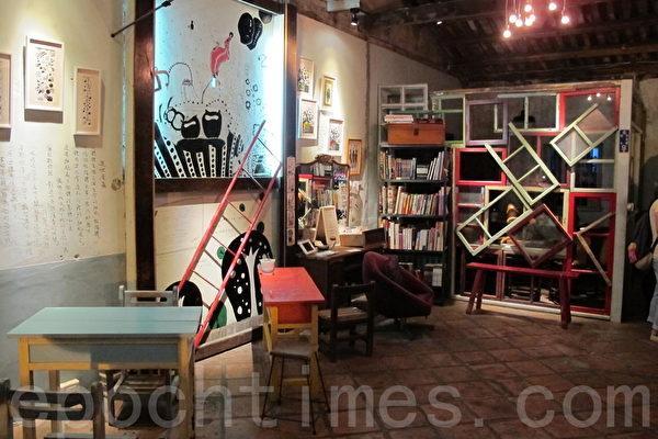 九哥租下重建街28號,提供藝術家擺放作品。(施芝吟 /大紀元)