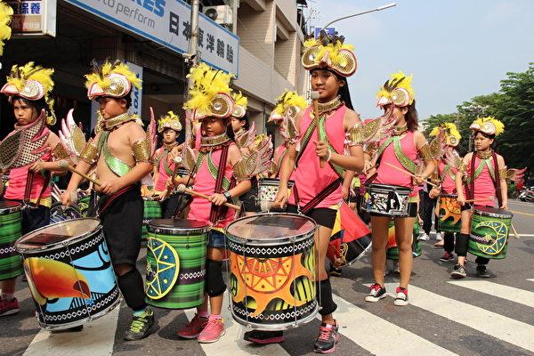 泰安国小的森巴鼓队掷四个圣茭赢得踩街冠军。(屏东县政府提供)