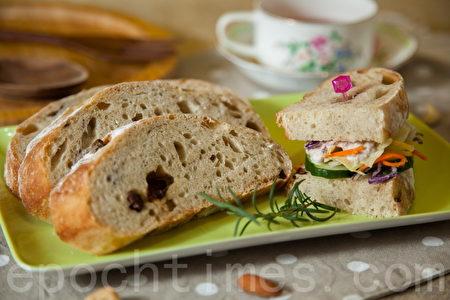 切片無糖免揉麵包,做成鮪魚生菜沙拉三明治。(莊孟翰/大紀元)