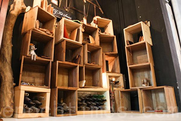 店內靠牆的一邊陳列了皮革產品,中間是工作桌和各式各樣的製作工具,還有打磨機器等,十分齊全。(攝影:孫青天/大紀元)