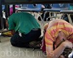 孩子們聽從號令,模擬地震來臨時場景,紛紛趴到桌子底下,雙手抱頭。(周鳳臨/大紀元)