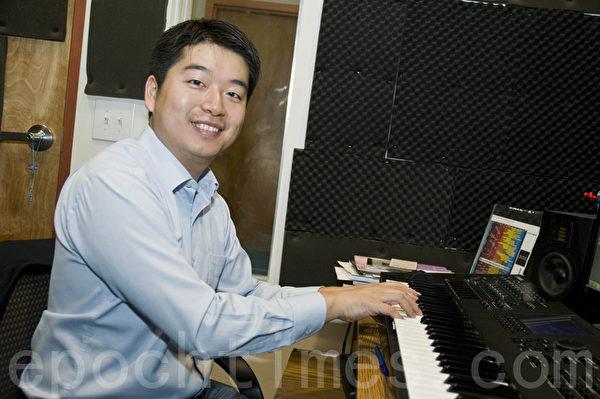 获得好莱坞影视音乐大奖提名的华裔音乐人陈东在创作间里。(曹景哲/大纪元)