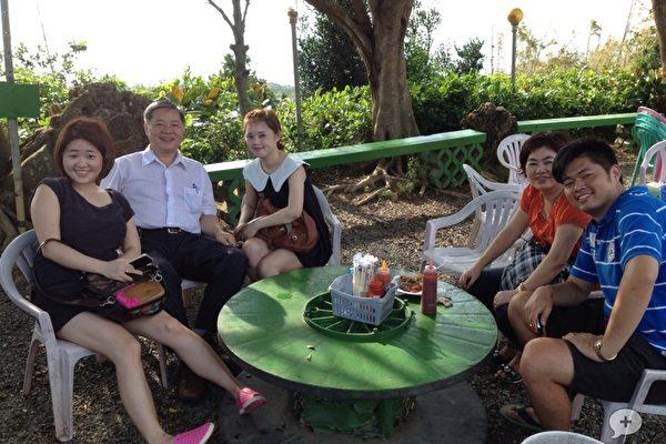 幸福的一家人,左起大姊吳姿瑩、爸爸吳文智、二姊吳宥慧、虎媽吳陳月糸與小弟吳政威。(圖:我們是幸福床店提供)