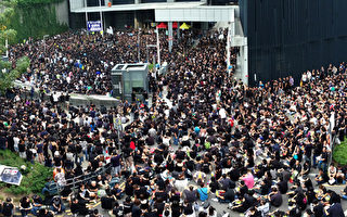 香港12万人上街 不满梁振英资讯封杀