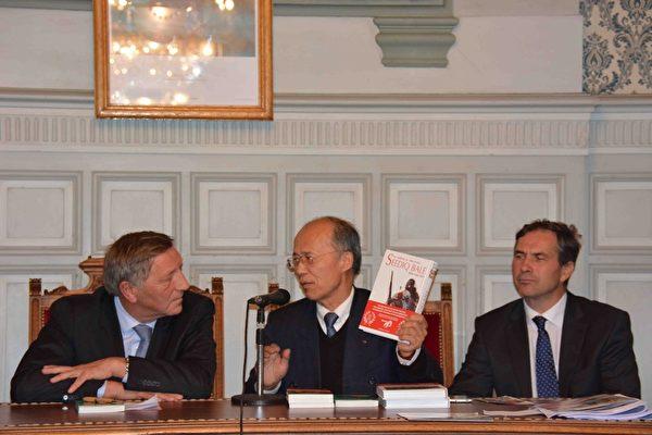 吕大使向两位国会议员赠送台湾漫画。(台湾代表处提供)