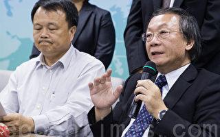 富味鄉董事長陳文南(左)24日出面道歉,坦承全台銷售共24項油品含棉籽油。右為財務長王彬任。(陳柏州 /大紀元)