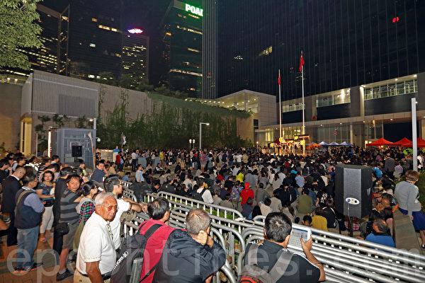 香港電視(HKTV)員工第五日留守政府總部,近千人到場聲援,包括幾位著名的新晉導演,他們稱讚港視員工堅持夢想的精神。(潘在殊/大紀元)