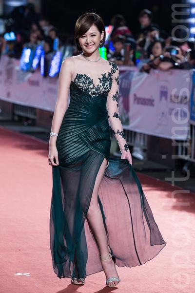 安心亞一襲黑色蕾絲薄紗禮服大秀長腿和美背。(陳柏州/大紀元)