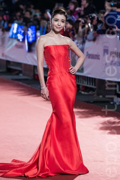 李毓芬搶眼的紅色平口極簡禮服,明艷照人。(陳柏州/大紀元)
